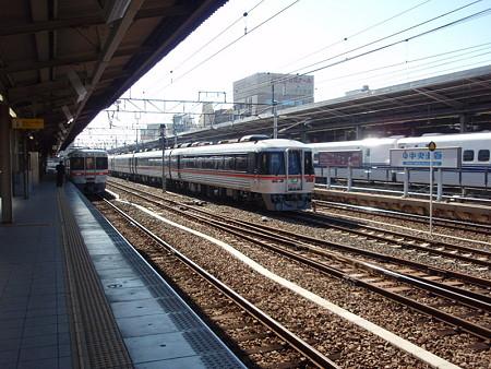 キハ85系と313系(名古屋駅)