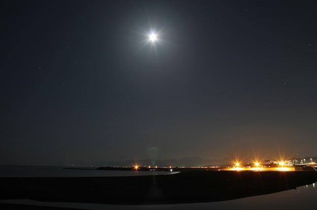 海岸の月明かり