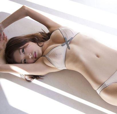 丸みをおびた体が美しい女性 (6)