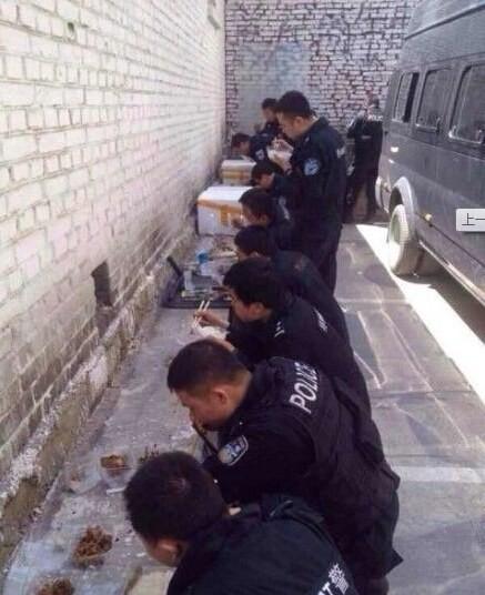 新疆警備のおまわりさんのお昼ご飯と昼寝 (2)