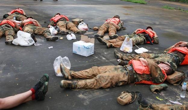 広東省の豪雨の後のおまわりさんの昼寝 (1)