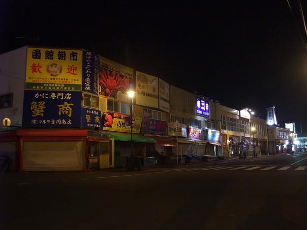 写真: 夜の函館朝市前