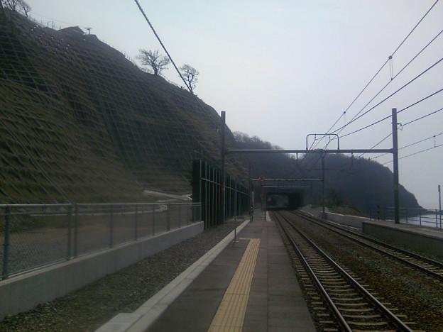 写真: 青海川駅脇の土砂崩れ跡