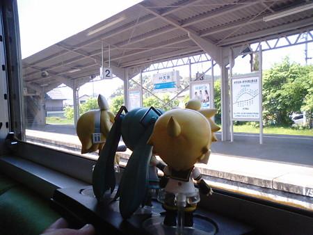 伊予大洲駅に停車、交換待ち8分。内子線経由が再び合流してきます。