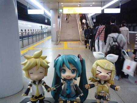 ミク:「品川駅、5分遅れで無事到着でぇーす♪」 リン:「長らくのご...