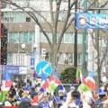 写真: カラーガード隊の行進