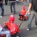 写真: フェラーリスーツでゴーカートに乗る子供