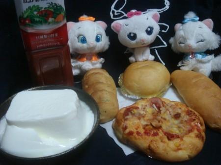 パンとヨーグルトと野菜ジュース