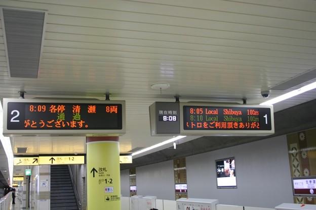 写真: 北参道駅のLED発車案内表示板