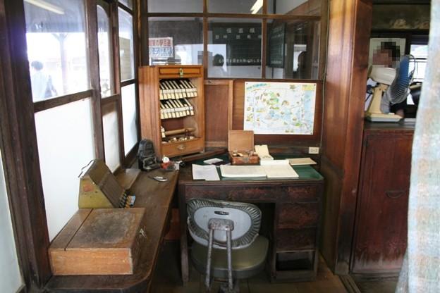 写真: 騰波ノ江駅の駅事務室