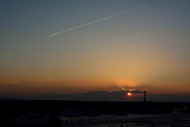 落陽と飛行機雲、灯台