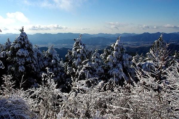 雪の山頂から