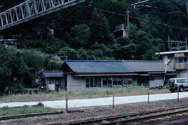 詰所棟全景(JR伯備線新見駅,1998/9/20)(s104-33)