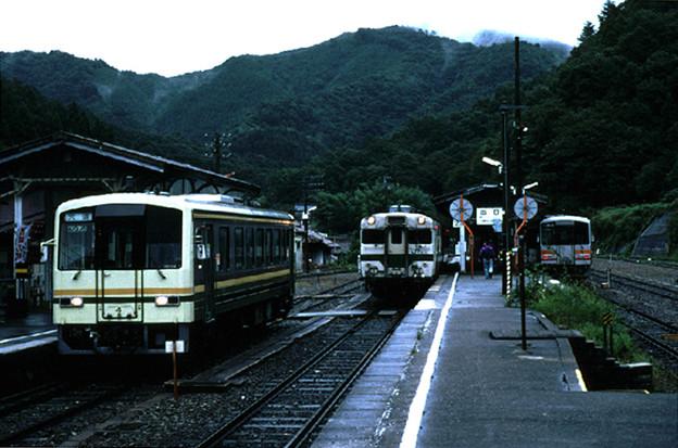 備後落合駅での列車待ち合わせ(JR芸備線・木次線,1998/9/22)(s106/14a)