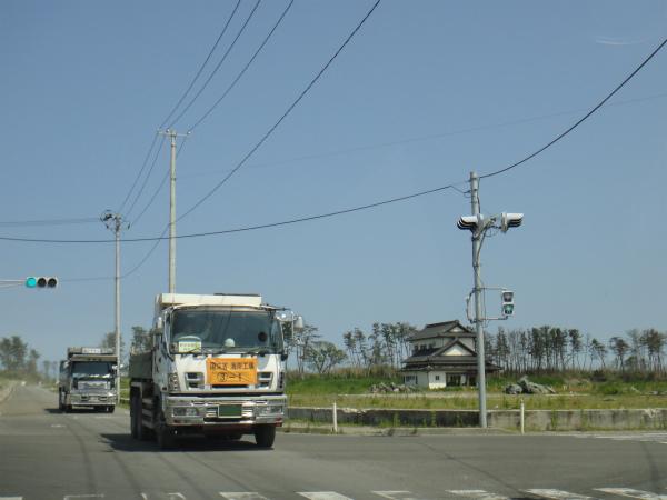 国土交通省の旗印を掲げた復興工事の車両