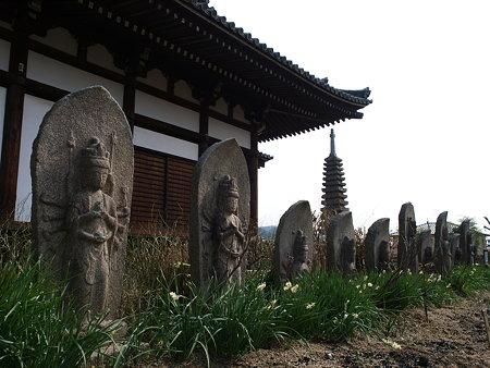 石仏と十三重石宝塔