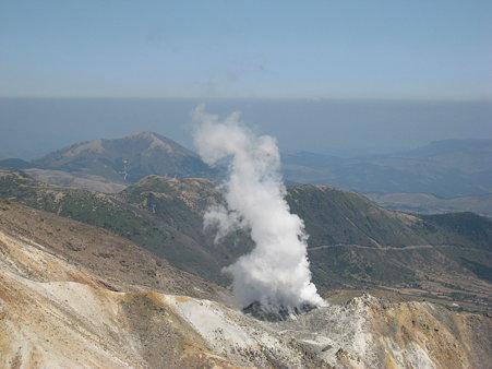 天狗ヶ城山頂から望む硫黄山の噴火口
