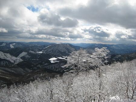 山頂途中の岩場からの眺望