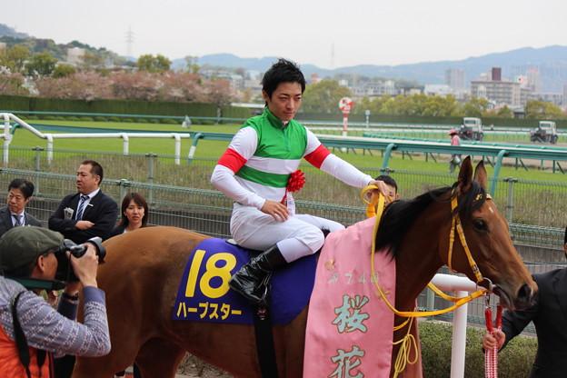 表彰式へ向かう川田さん